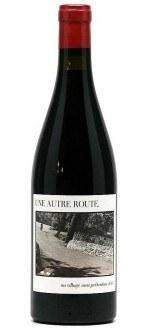 UNE AUTRE ROUTE - AU VILLAGE SANS PRETENTION 2012 - CAVE DE CASTELMAURE (France - Vin Languedoc - Corbières AOP - Vin Rouge - 0,