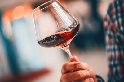 Vin rouge, l'atout séduction du premier rendez-vous.